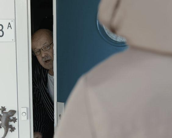 Foto oudere man bij deur