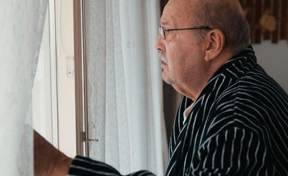 Foto man bij raam