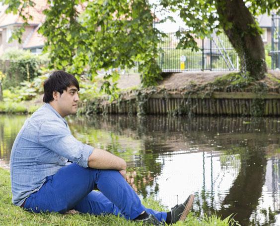 Foto man bij water