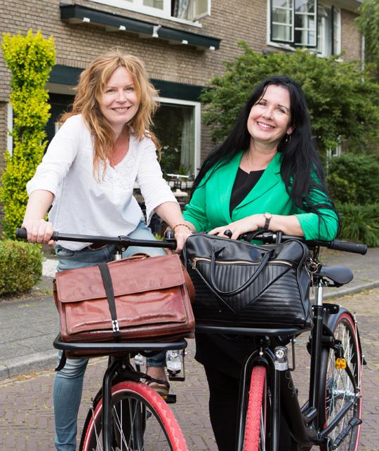 Foto medewerkers op fiets