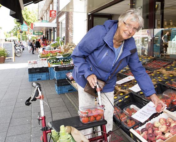 Foto oudere vrouw op straat